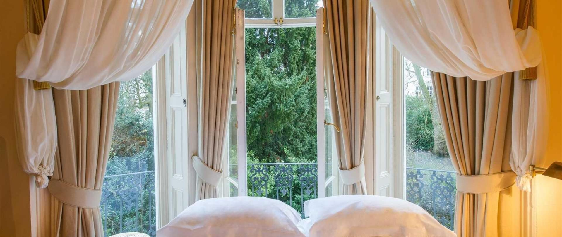 exceptional-room-bed-1.jpg.1920x810_default.jpeg