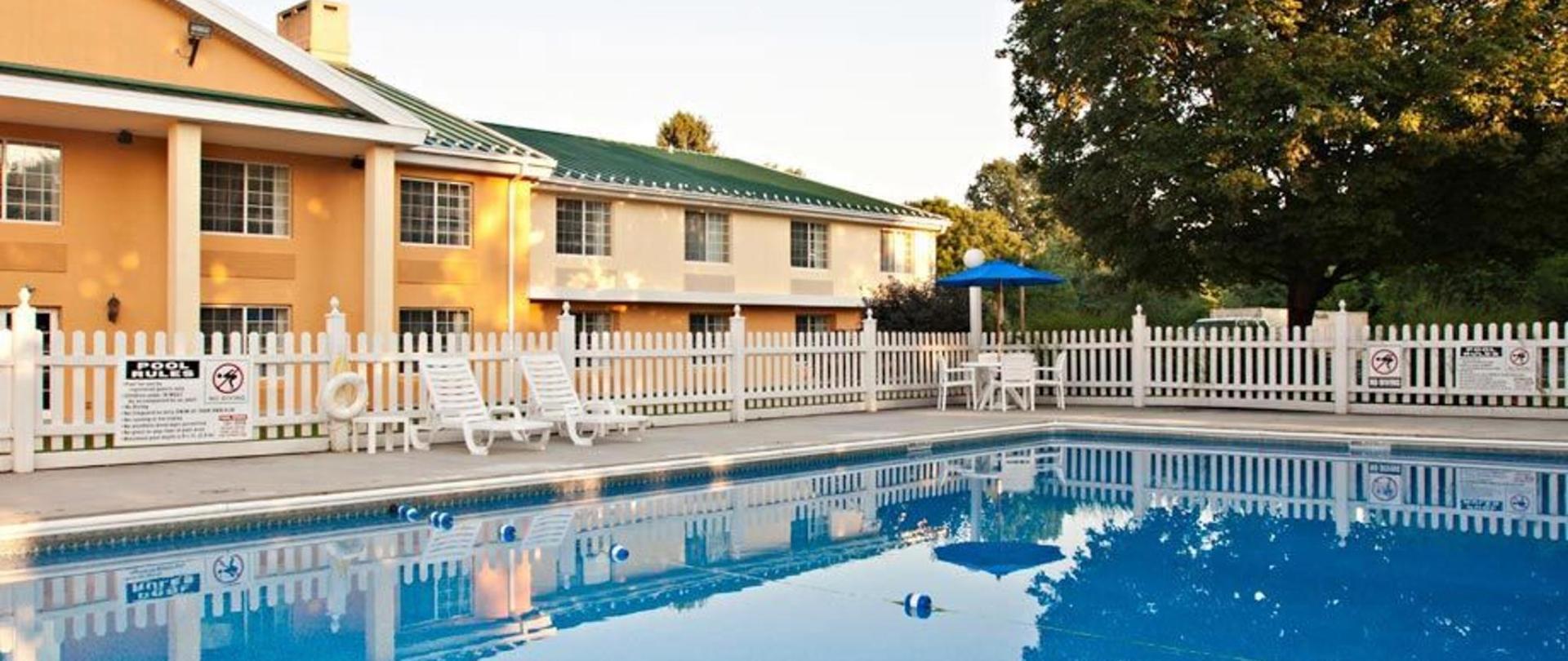 comfort-inn-harrisburg-hotel-pennsylvania-outdoor-pool.jpg