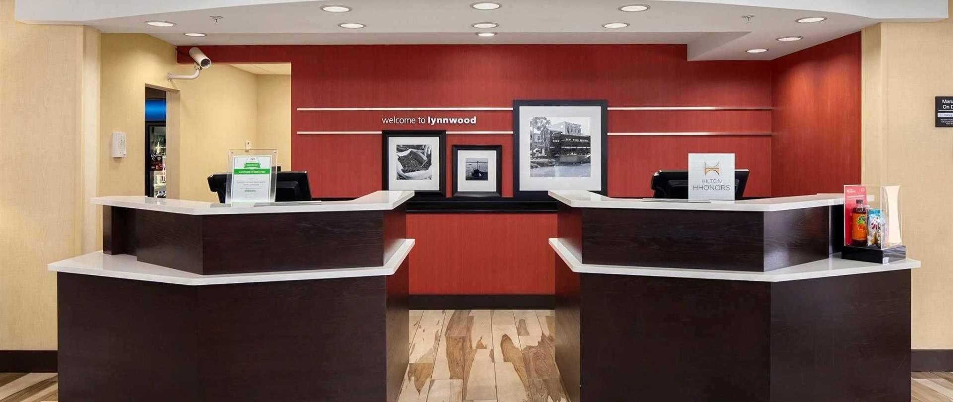 hampton-lynnwood-front-desk.jpg.1920x810_default.jpeg.1920x0.jpeg