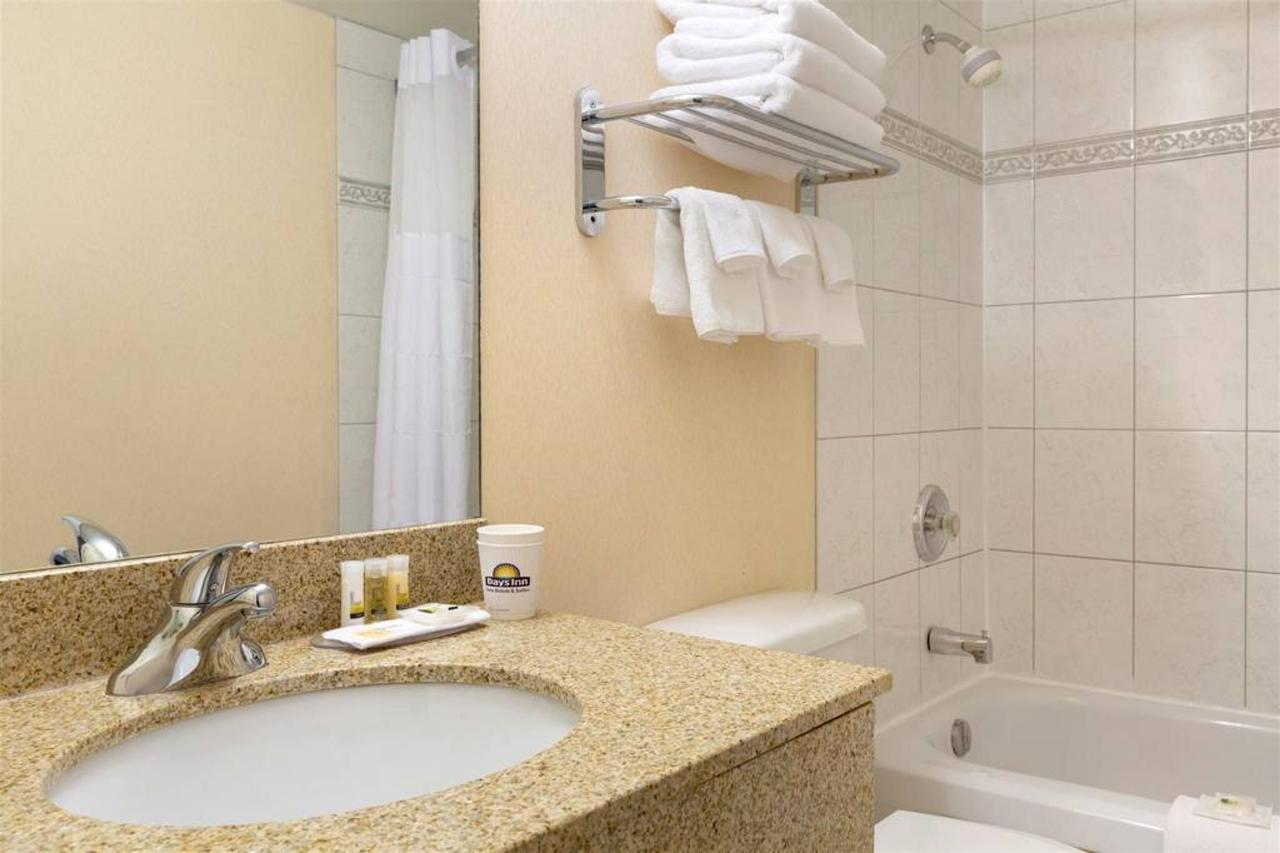 days-inn-calgary-south-bathroom-1030751-1.jpg.1024x0.jpg