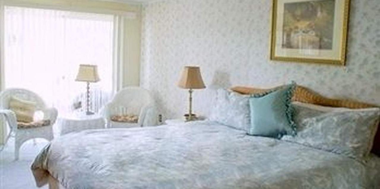 Room 10 King Bed.jpg