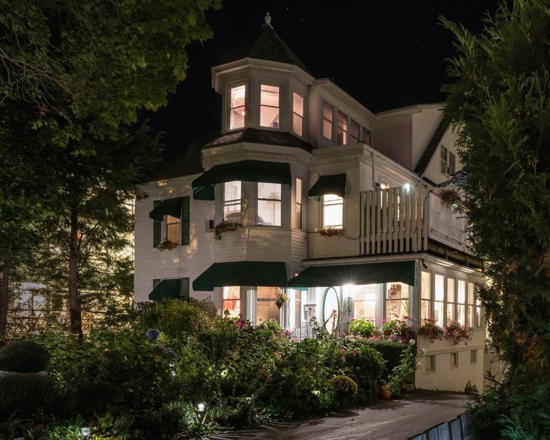 Night Image of Harbour Inn.jpg