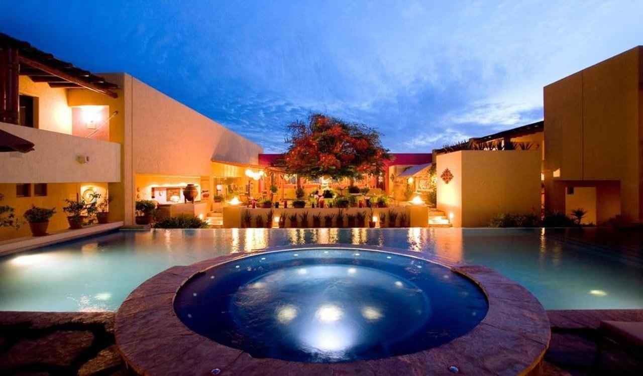 Hotel Los Patios - Vista nocturna, piscina.jpg