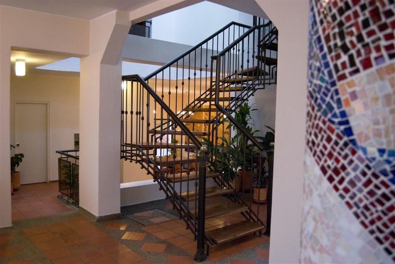 Escaleras, Hotel Casa Deco, Bogotá, Colombia.jpg