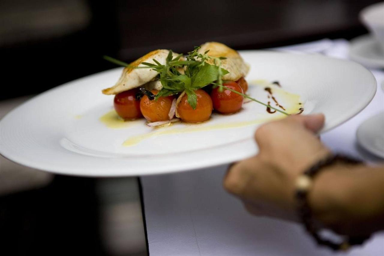 waiter-food.jpg.1024x0.jpg