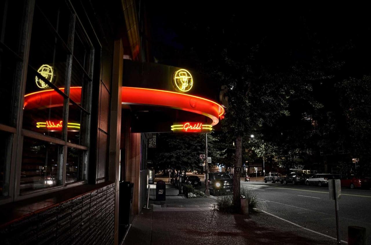 business-front-side-night.jpeg.1920x0.jpeg
