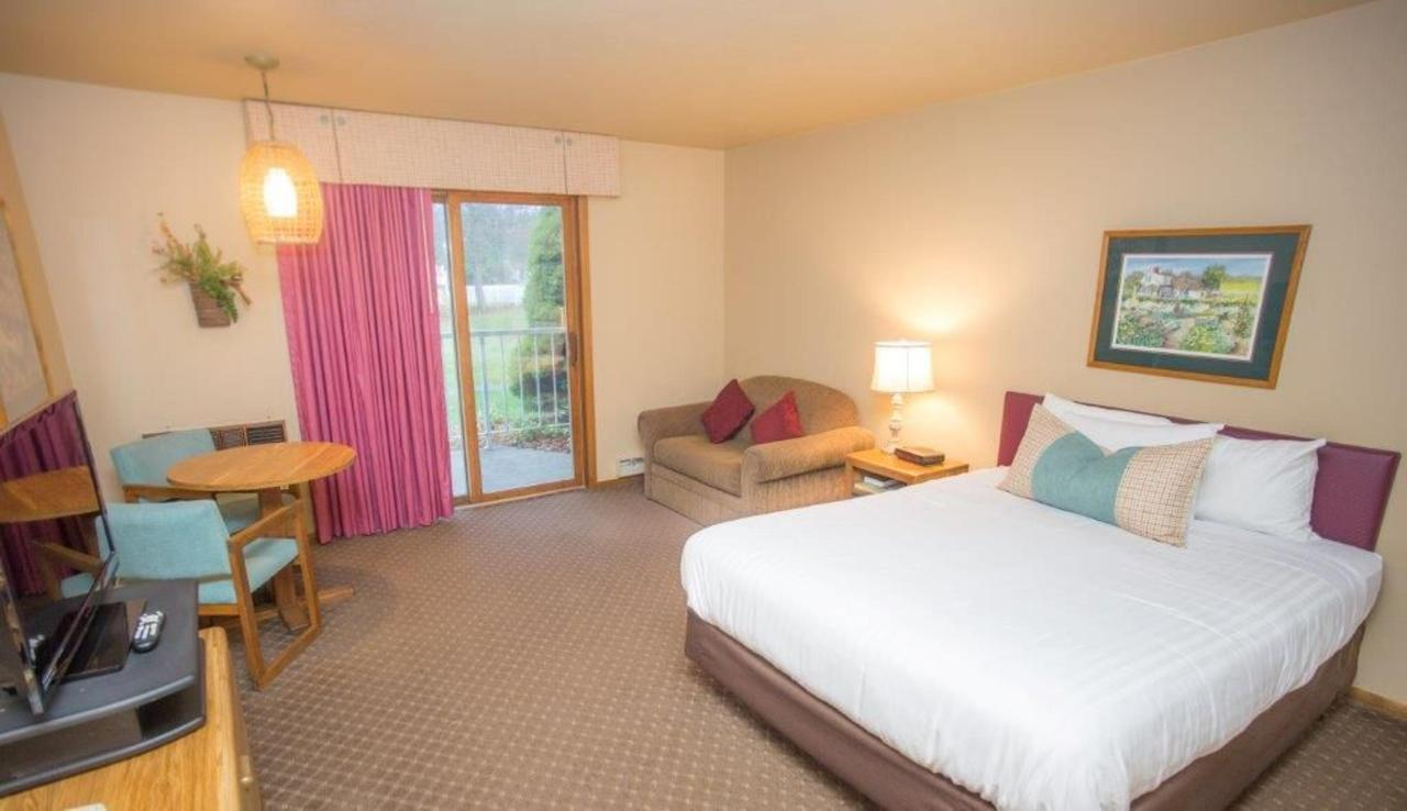 hotel-room-new-1-queen-1.jpg