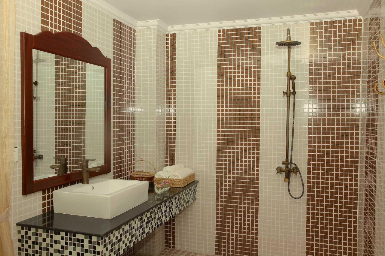 bathroom-superior-king-room-1.JPG