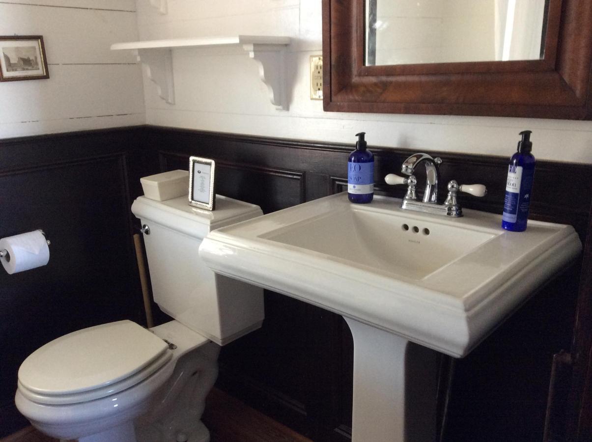 farmhouse - master bath and toilet.JPG