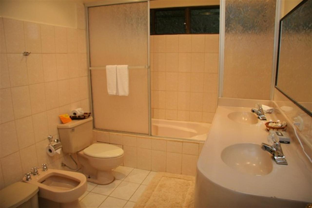 suite-bathroom-sm.jpg.1024x0.jpg