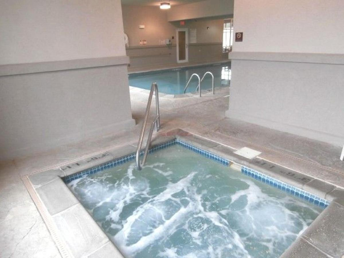 mo158-indoor-pool-jacuzzi.JPG