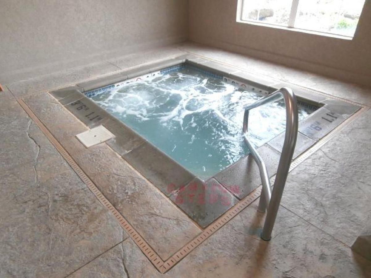 mo158-indoor-pool-jacuzzi-3.JPG