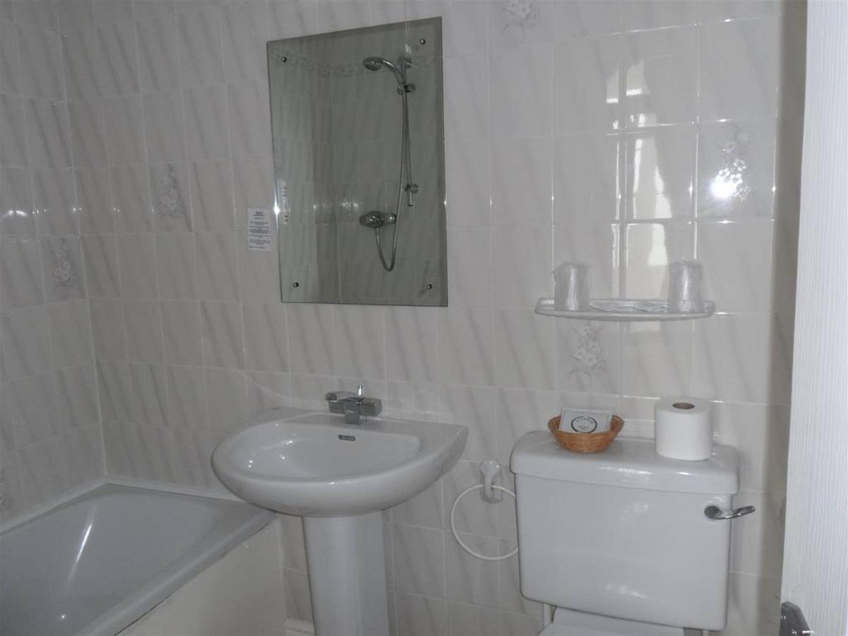 room-205-bathroom.JPG.1024x0 (1).JPG