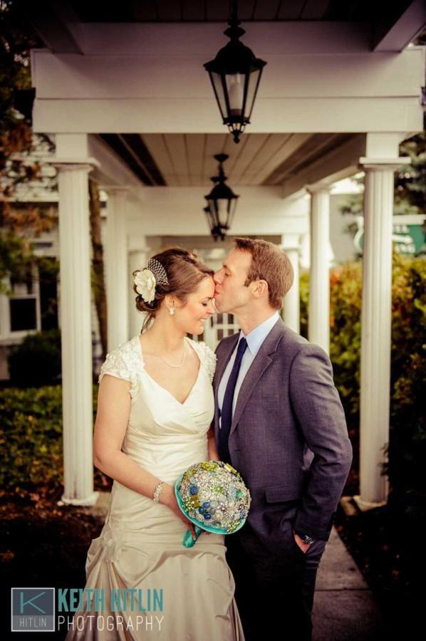 bride-groom-kissing-under-hotel-walkway-21.jpg.1920x0.jpg