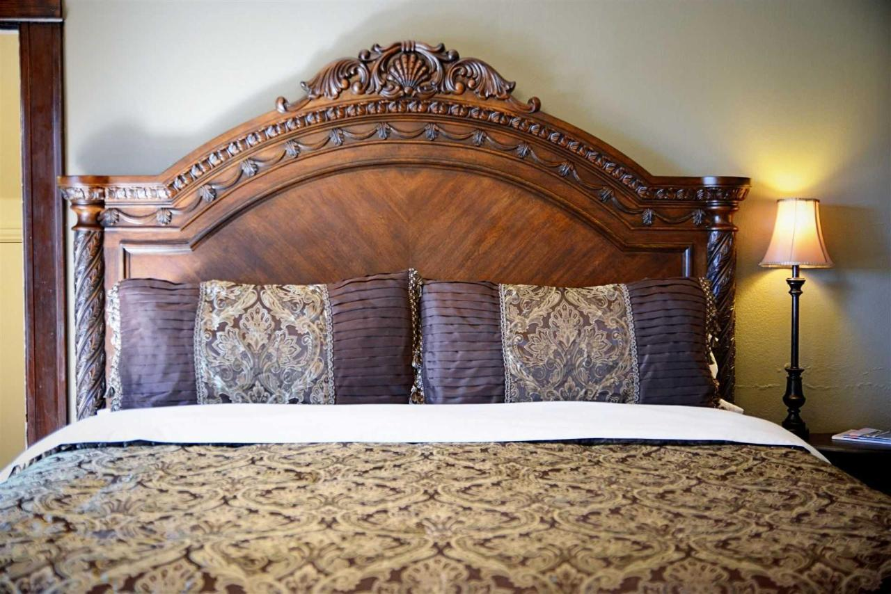 philippa-s-balcony-majestic-king-bed-and-luxury-linens-at-iron-horse-inn.jpg.1920x0.jpg