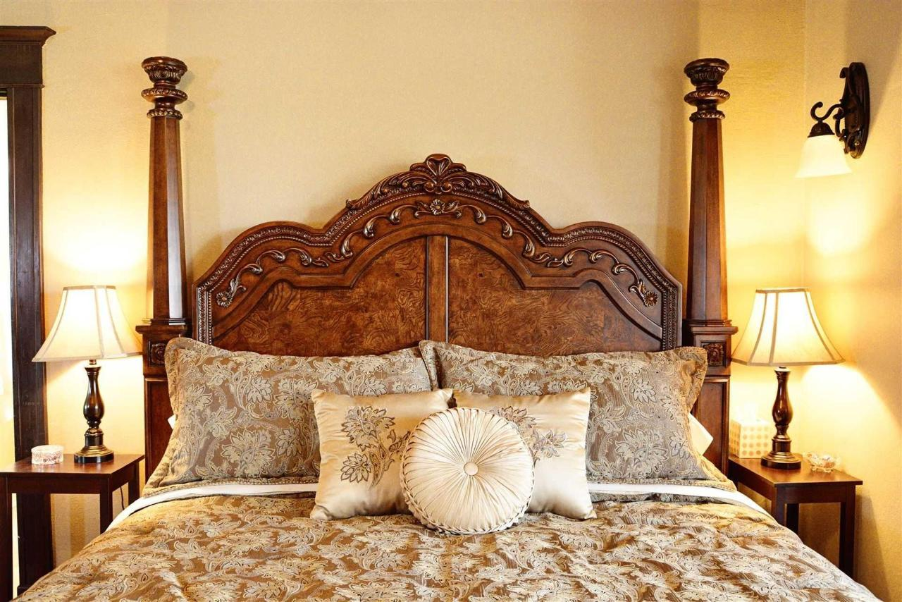 cogdell-suite-majestic-king-bed-and-luxury-linens-at-iron-horse-inn.jpg.1920x0.jpg