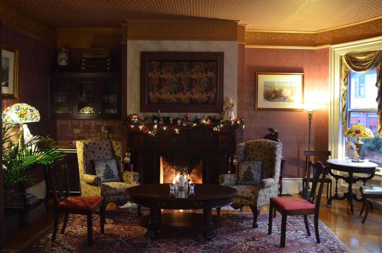 happy-holidays-from-union-gables-inn.jpg.1920x0.jpg