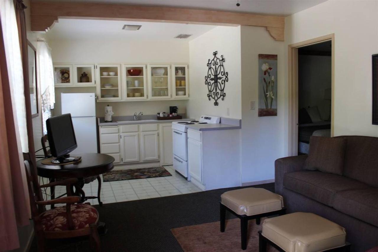 cabernet-rm-2-living-room-kitchen.JPG.1024x0.JPG