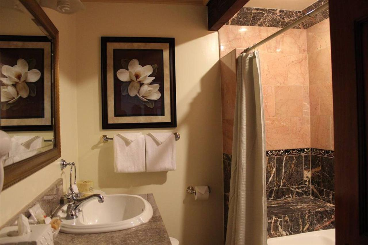 pinot-noir-rm-3a-bathroom.JPG.1024x0.JPG