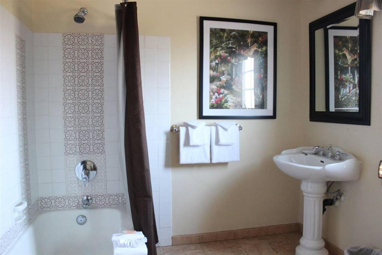 santa-barbara-rm-7-bathroom.JPG.1024x0.JPG