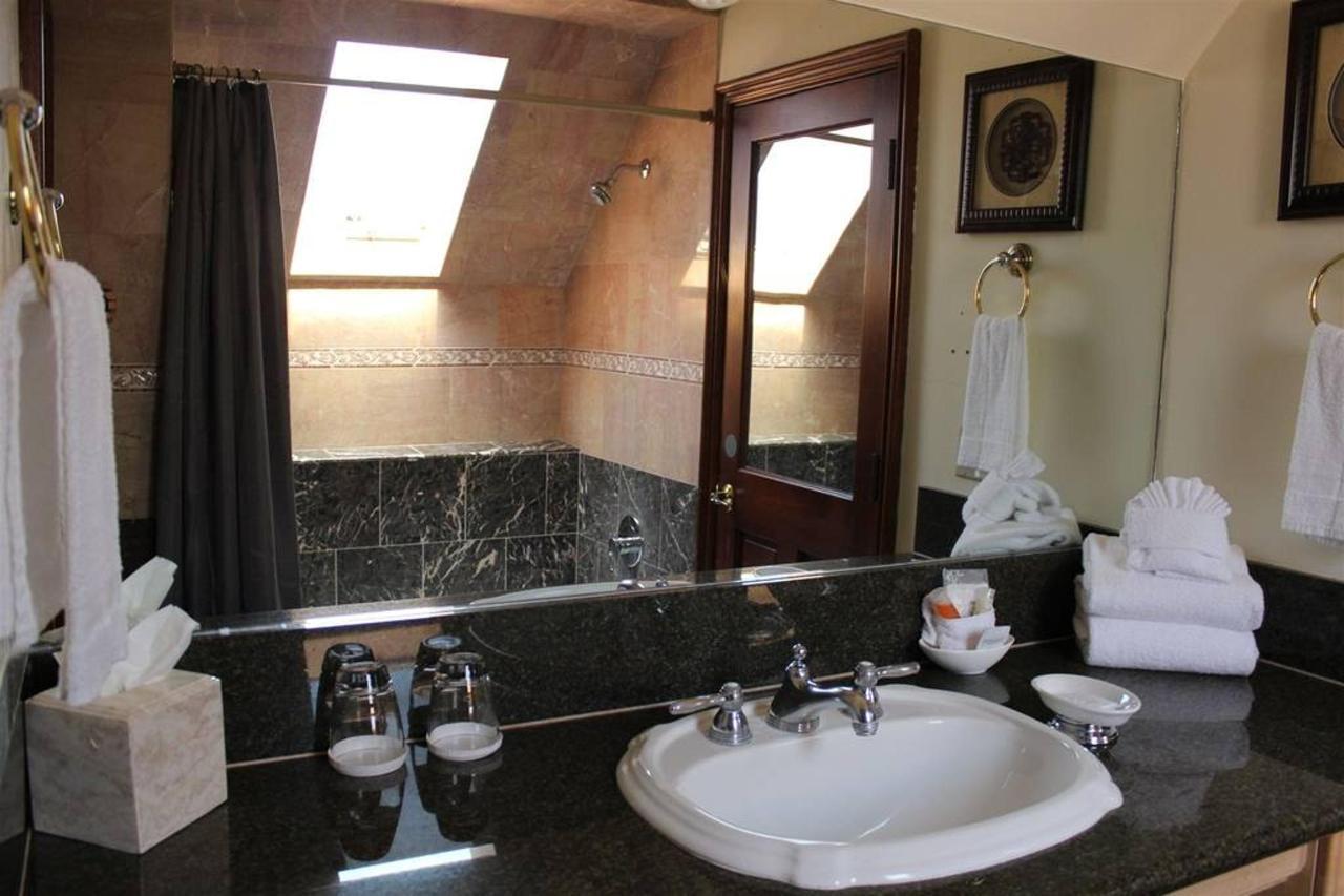 sweet-pea-rm-18-bathroom.JPG.1024x0.JPG