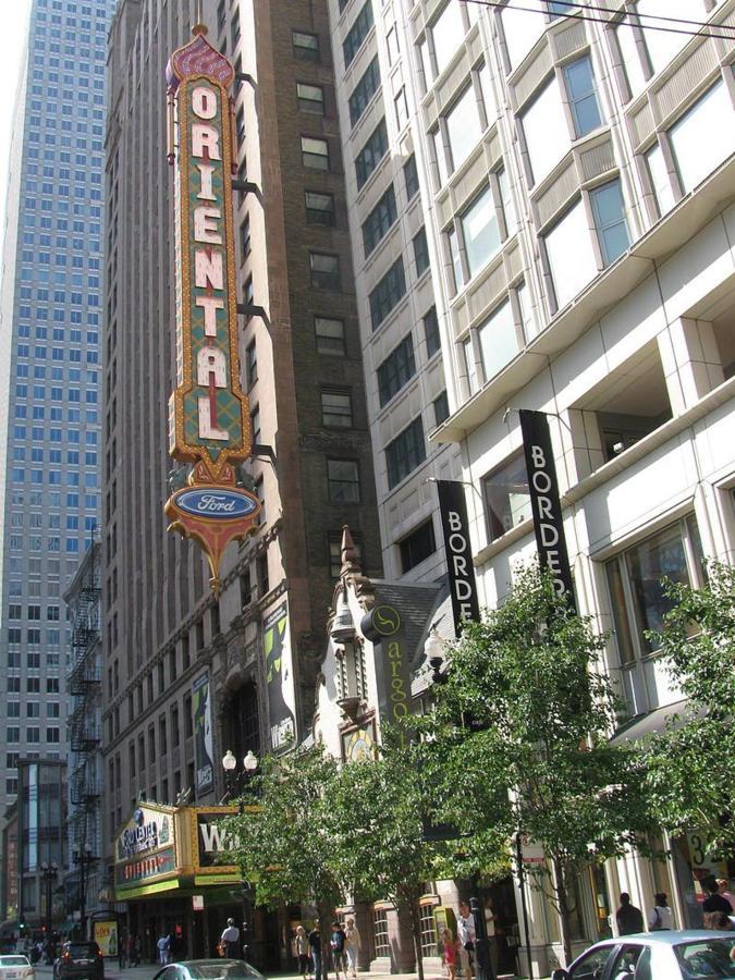 800px-the_oriental_theatre_in_chicago.jpg