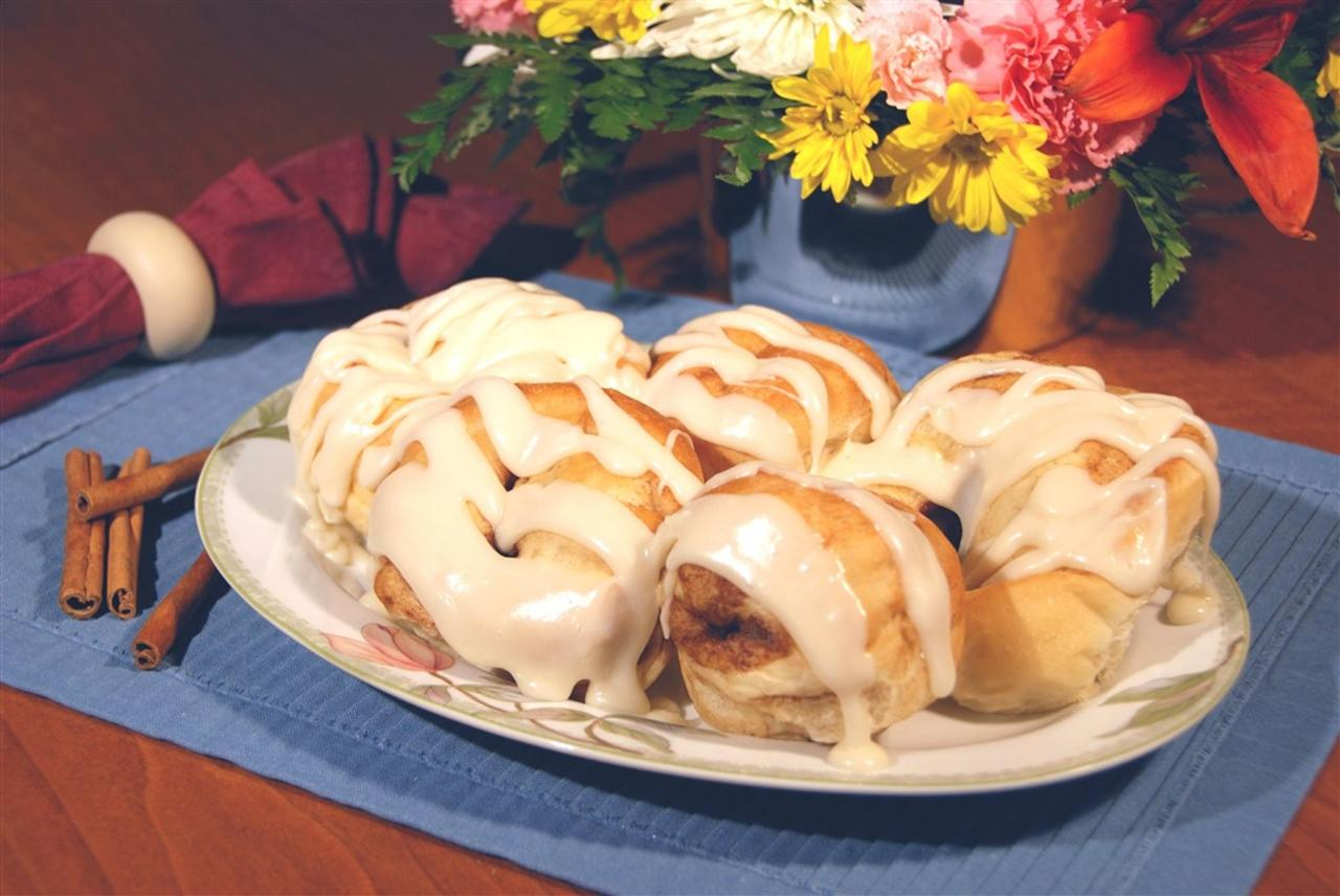 plated-cinnamon-rolls-6.jpg.1024x0.jpg