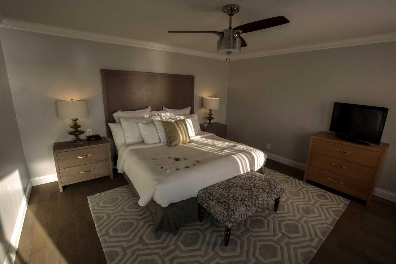215-bedroom.jpg.1920x0.jpg