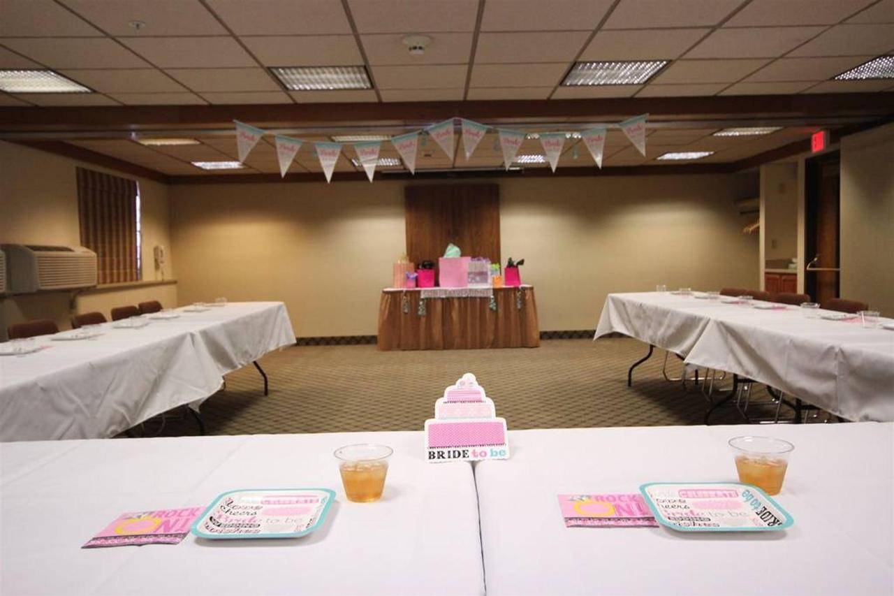 Montana Room -Showers & Parties - U-Shape - up to 32 attendees.JPG