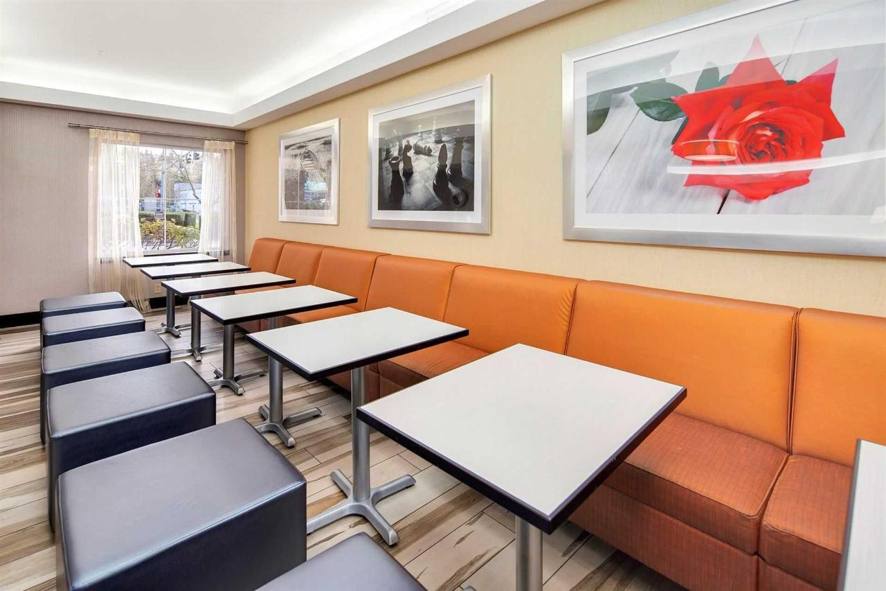 hampton-lynnwood-lobby-breakfast-seating-1.jpg.1920x0.jpg