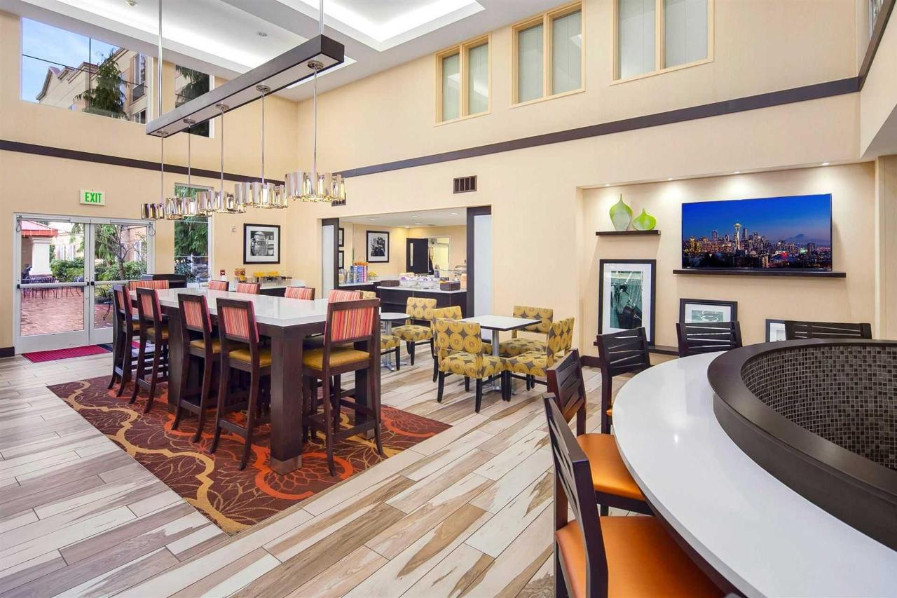 hampton-lynnwood-lobby-breakfast-seating-3.jpg.1920x0.jpg