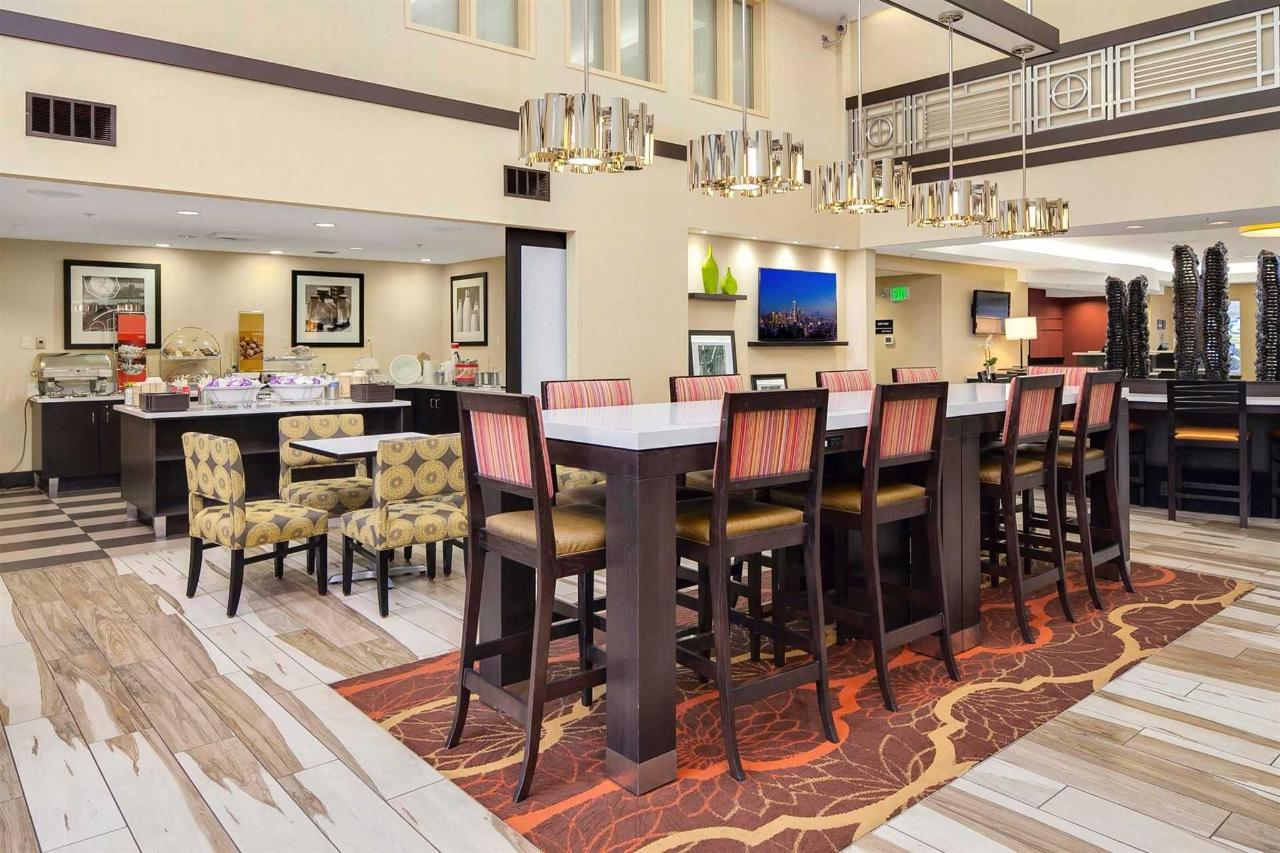 hampton-lynnwood-lobby-breakfast-seating-5.jpg.1920x0.jpg