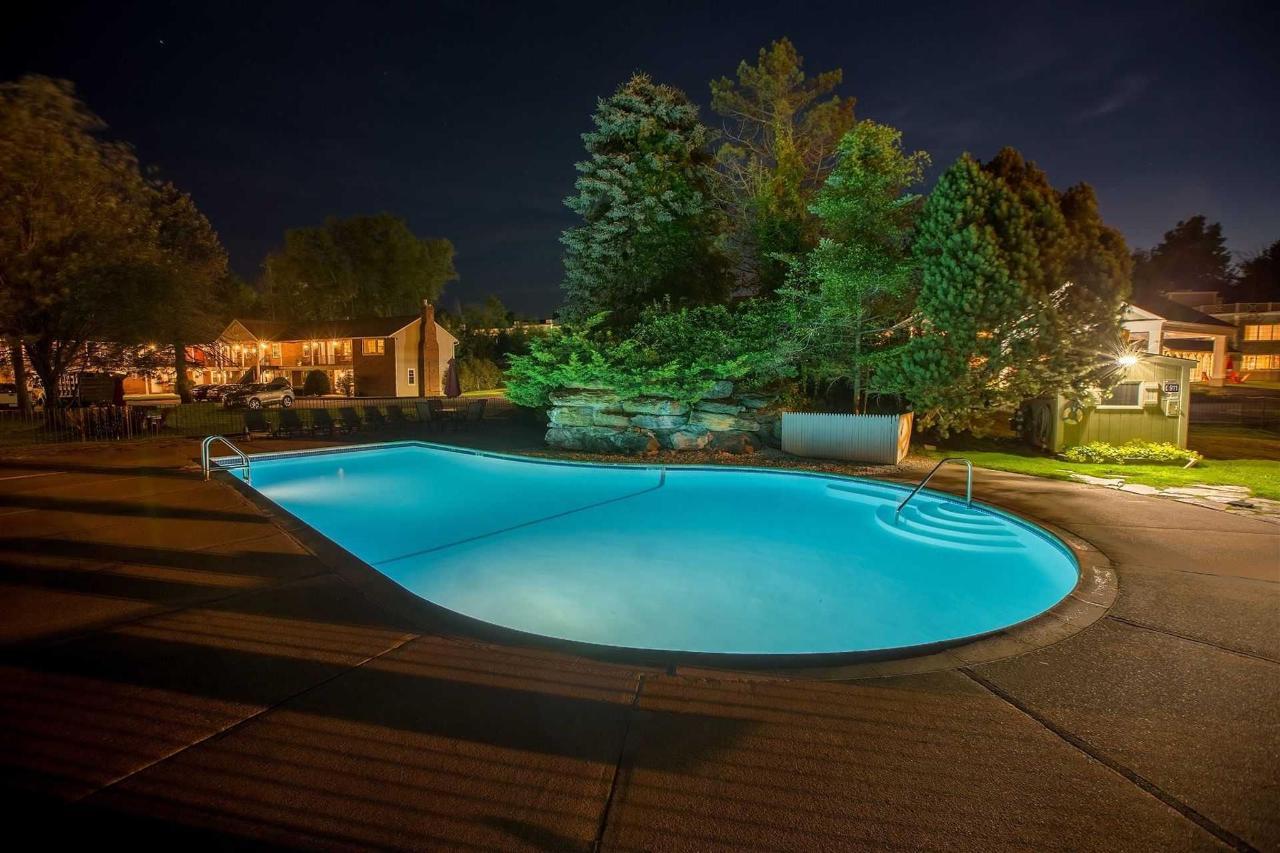 outdoor-pool-evening-four-wings-2.jpg.1920x0.jpg