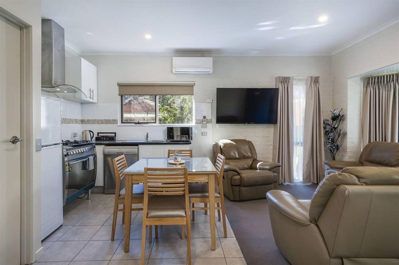 au448_ci_coach-bushmans_livingarea-kitchenview1_2bed.jpg.1024x0.jpg