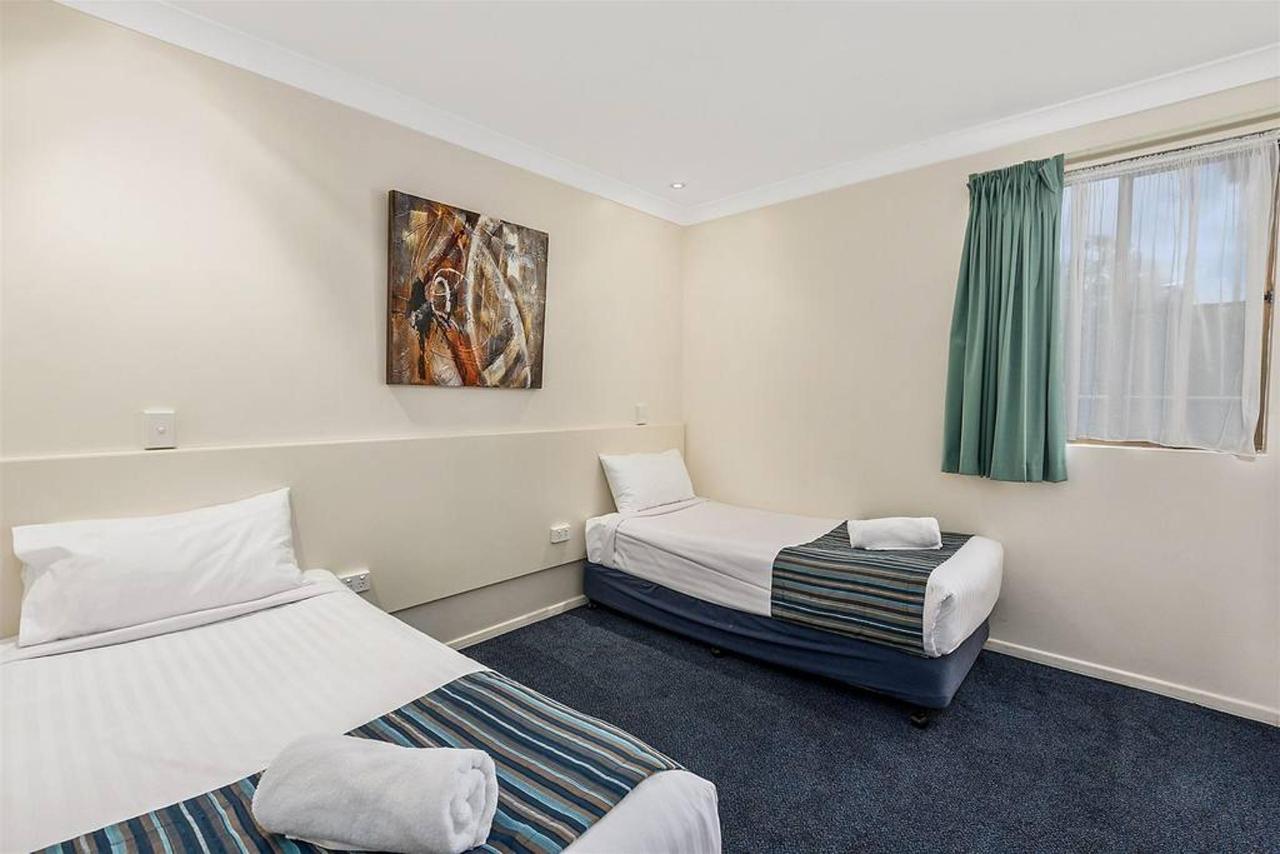family-suite-_-2-bedroom-_-bedroom-2-singles.jpg.1024x0.jpg