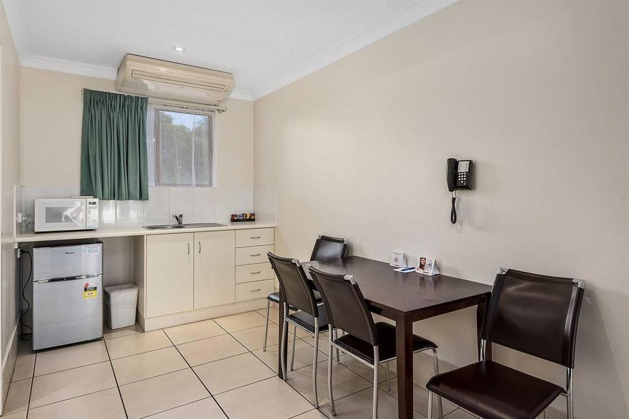 family-suite-_-2-bedroom-_-kitchenette-dining.jpg.1024x0.jpg