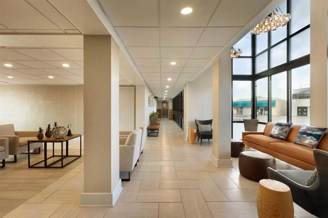 surfbreak-oceanfront-hotel-front-desk-lobby-1148145.jpg.1920x0.jpg