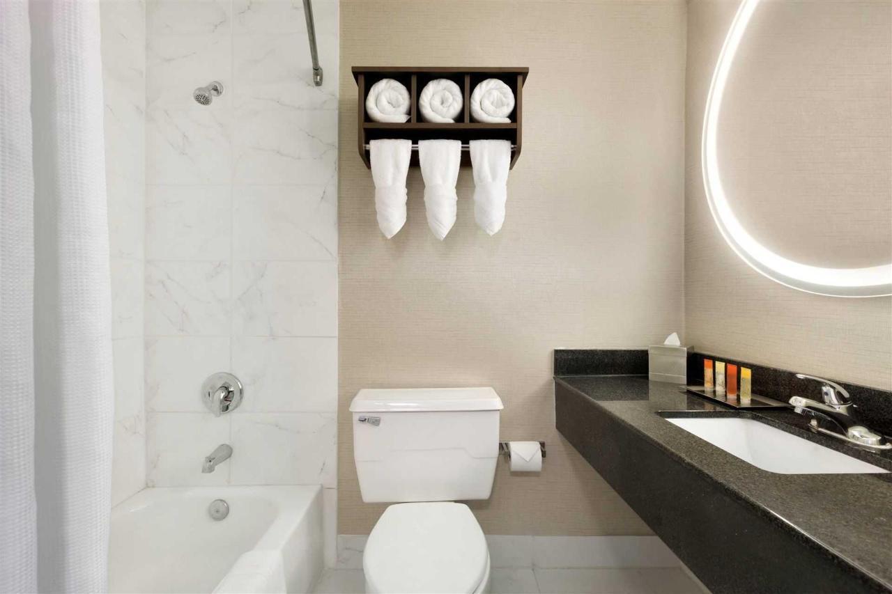 surfbreak-oceanfront-hotel-guest-bathroom-1148057-1.jpg.1920x0.jpg