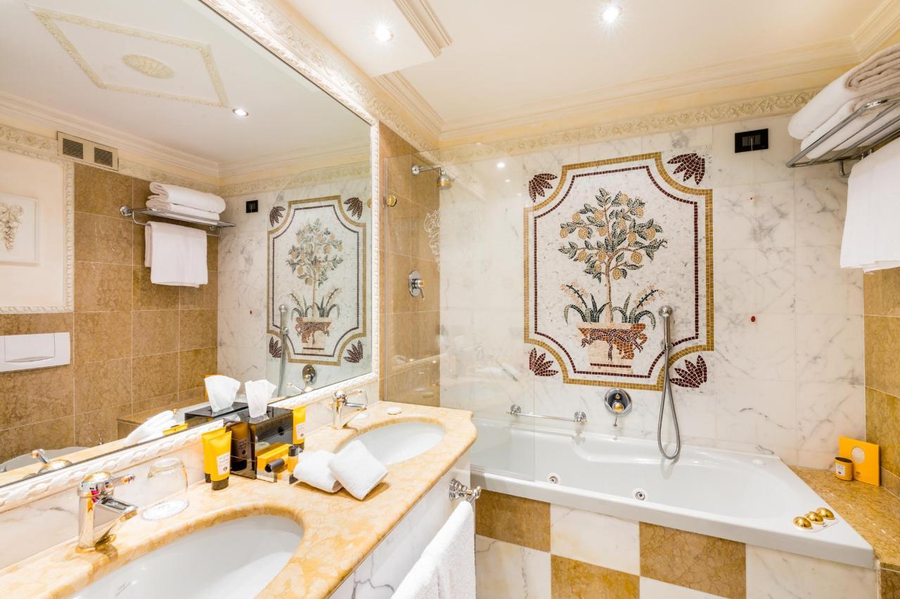 Bathroom Flower suite lake view (2).jpg