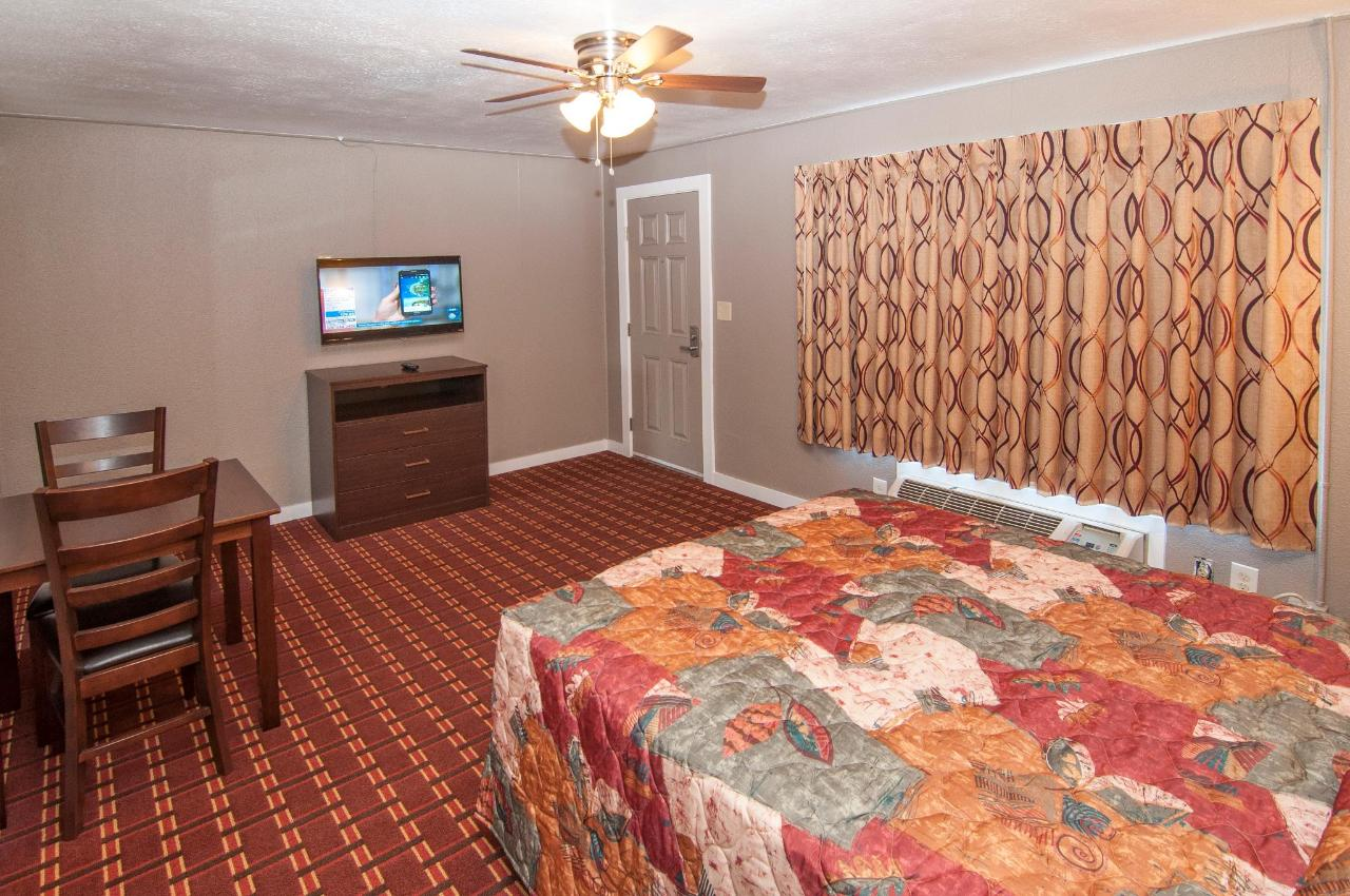 Queen Suite  With Two Queen Beds DSC9312.jpg