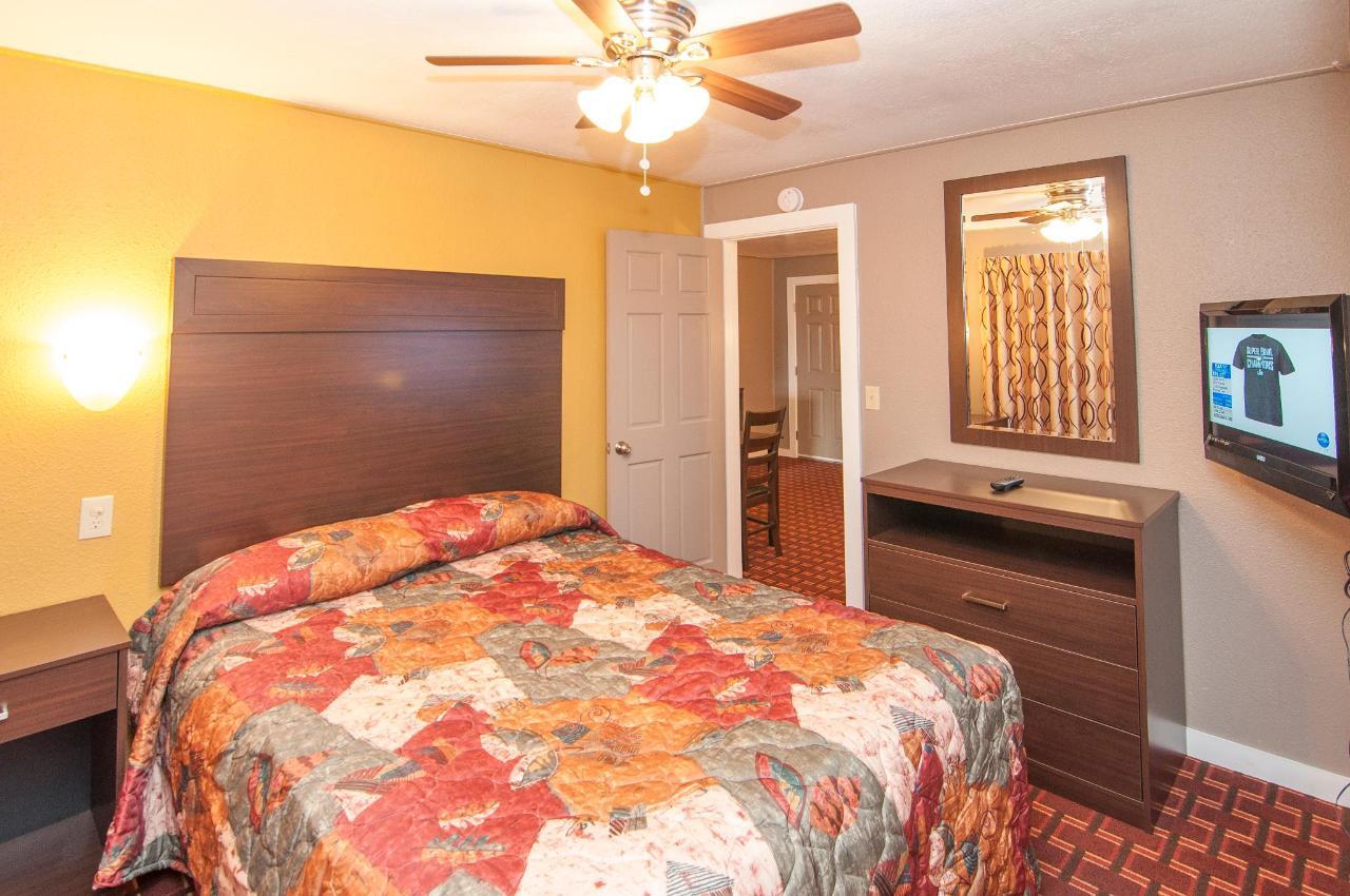 Queen Suite With  Two Queen Beds DSC9321.jpg