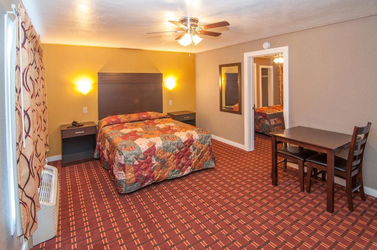 Queen Suite With Two Queen Beds DSC9303.jpg