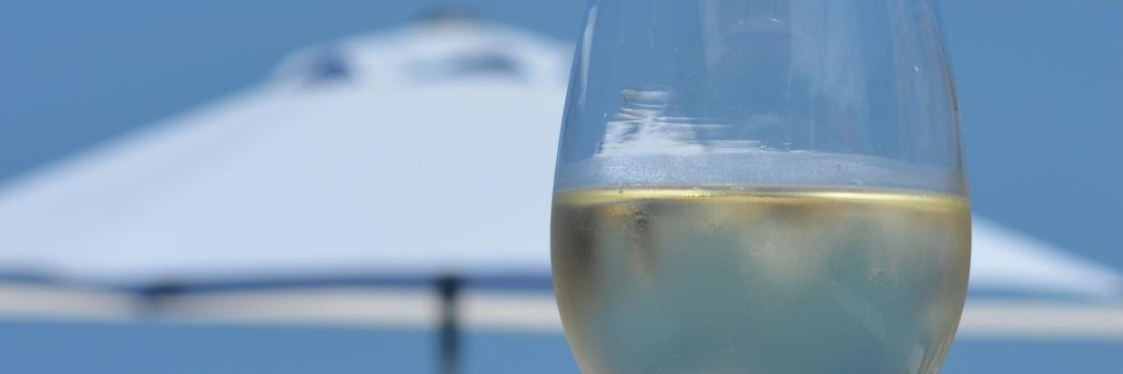 water-wine-glass-summer-reflection-relax-holiday-drink-blue-blue-sky-wine-glass-relaxation-parasol-enjoy-relaxed-destress-aperitif-white-wine-stemware-alcoholic-beverage-drinkware-1088671.jpg