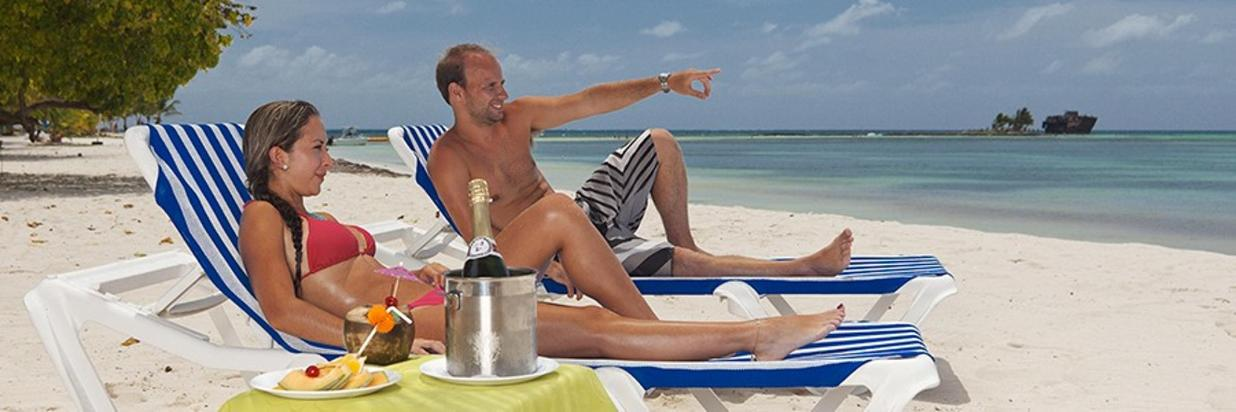 Honeymoon Couple Champagne horizontal copia.jpg