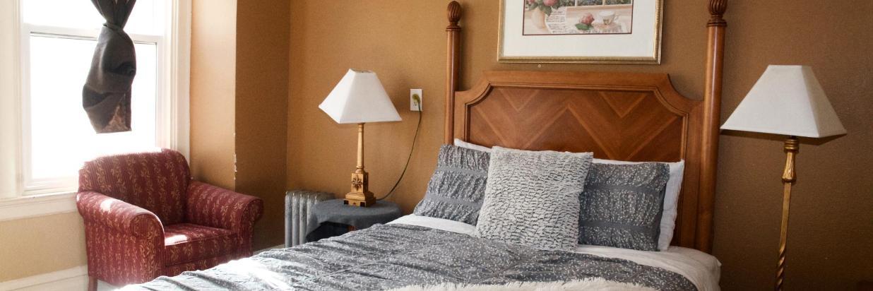 Zimmer mit einem Queensize-Bett und eigenem Bad – Yale Hotel – San ...