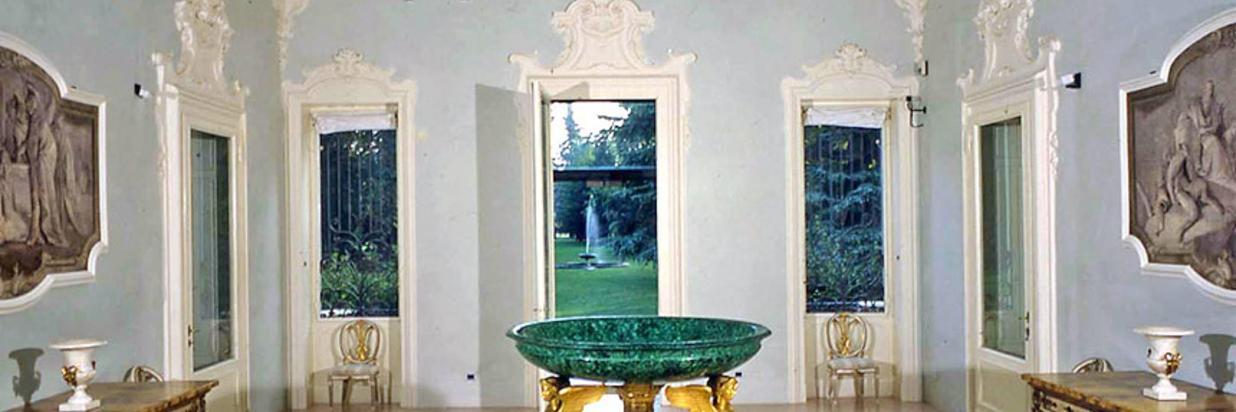Fondazione-Magnani-Rocca-LAtrio-con-la-Coppa-del-Thomire-e-gli-affreschi-staccati-di-Tiepolo.jpg