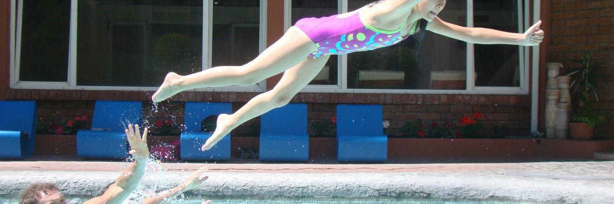 Niña en piscina Sangay (1).JPG