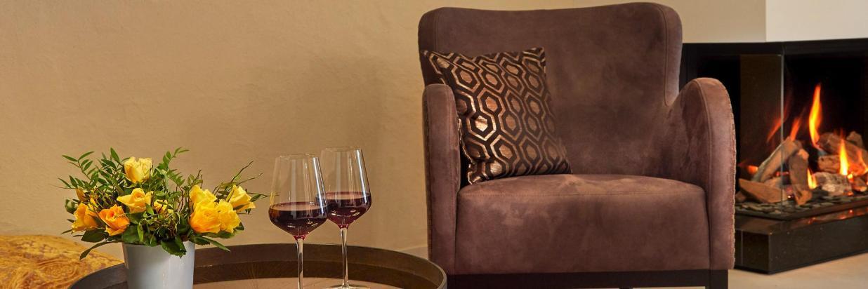 Sessel vor Kamin, Sitzkissen, Rotwein.jpg