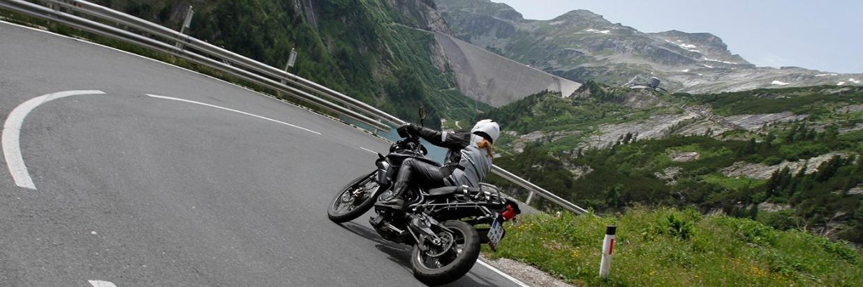 Motorrasfahrererin in der Kehre.jpg
