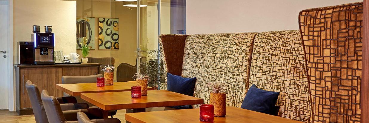 1. Restauarant mit Kaffeemaschine, Blick in Halle.jpg